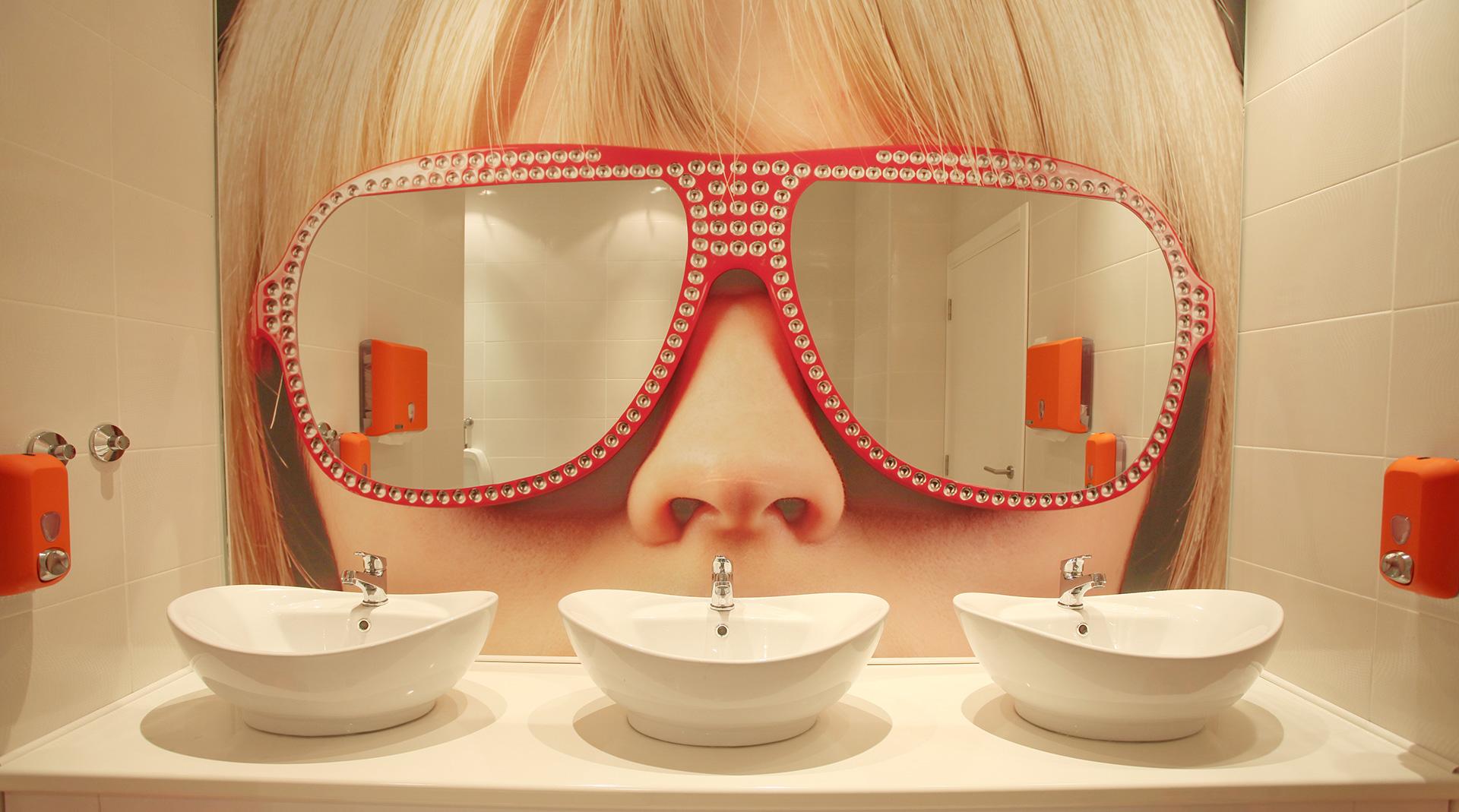 Dizajn vizuala na zidu enterijera - Ogledala u obliku naočara Sugar and Spice restoran